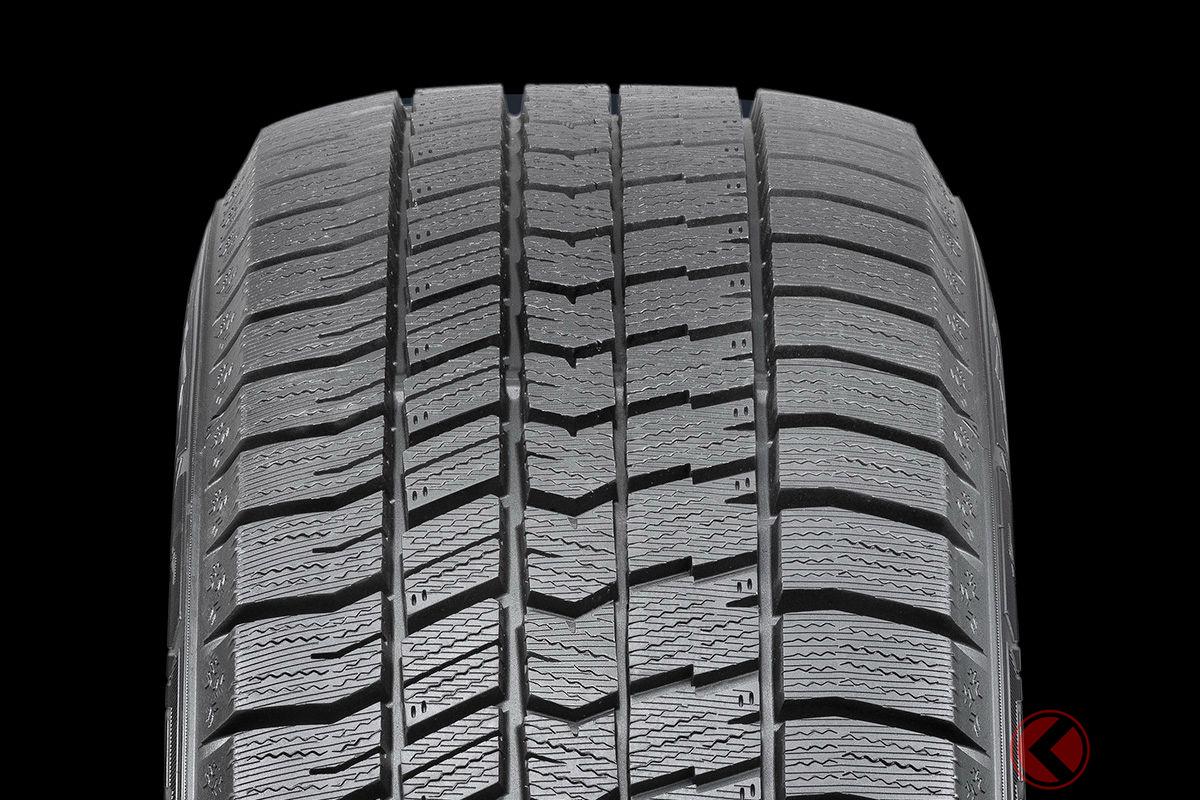 グッドイヤーの最新スタッドレスタイヤ「アイスナビ8」のトレッドパターン。アイスナビシリーズで初となる左右非対称パターンを採用