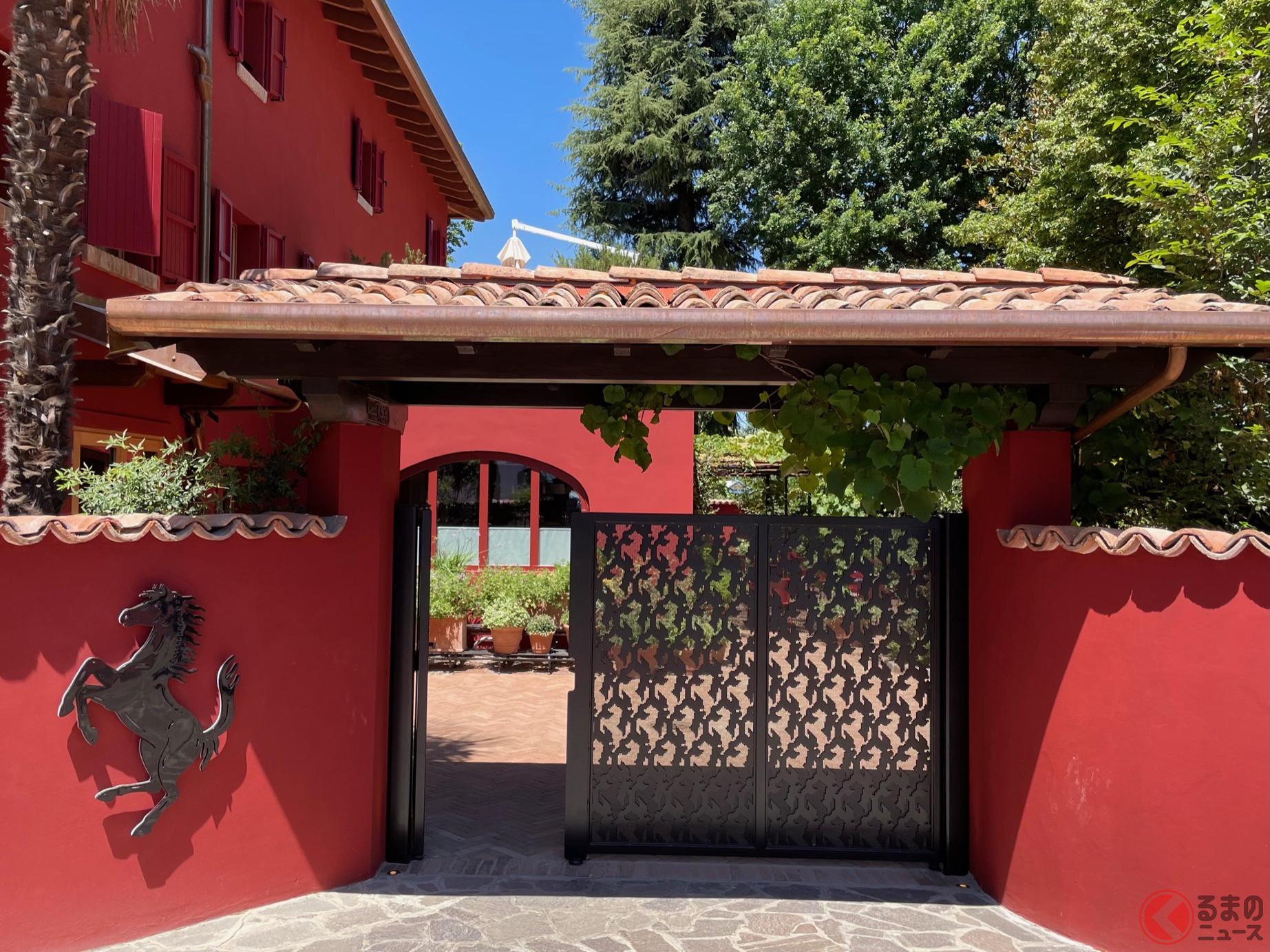 リストランテ・カバリーノの正門。外壁が赤に変わった