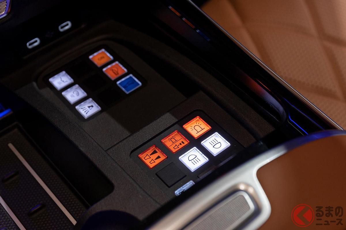 自動トリガー機能や吸気システムを備えた消火システム、警察に緊急時であることを知らせるためのサイレンや点滅灯なども装備される