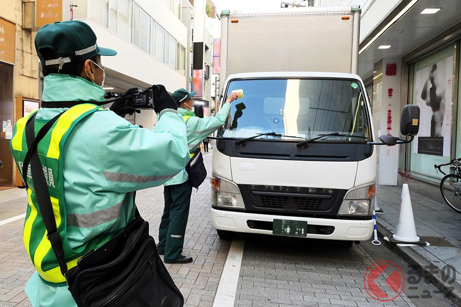 放置車両を取り締まる駐車監視員