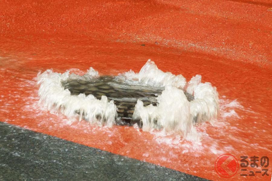 なぜマンホールは道路の真ん中に設置される? 豪雨時には飛び出す危険性も