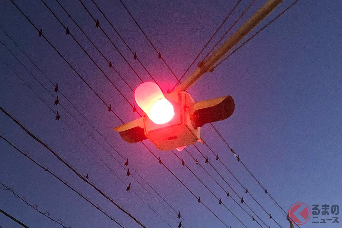 真夜中に光る赤色の点滅信号…SNSでは「幻想的」という声も…。 ではその意味は?