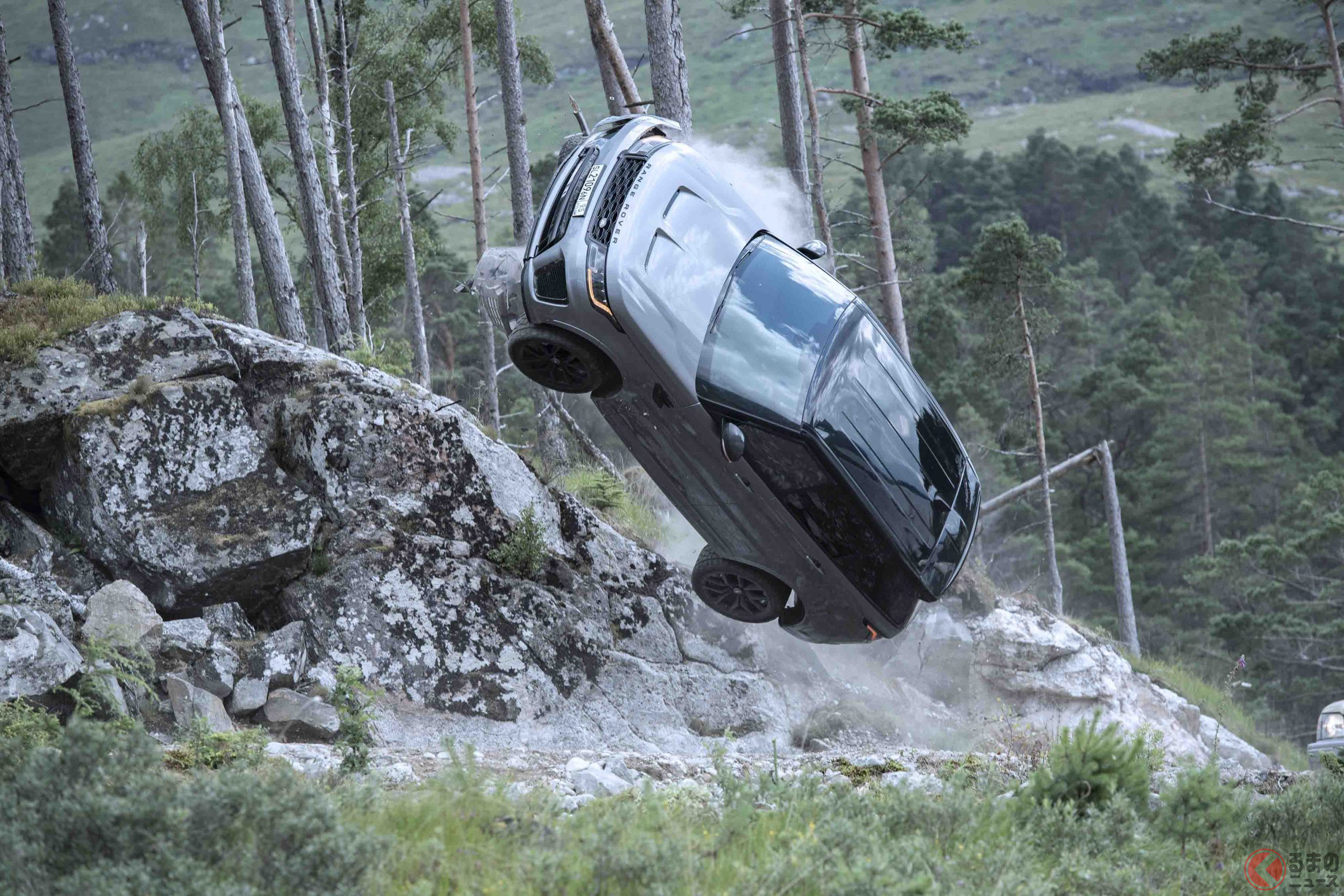 『007/ノー・タイム・トゥ・ダイ』のカーチェイスで宙を舞うレンジローバー・スポーツSVR