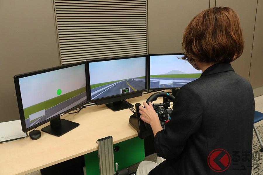 安全運転普及本部が開発したシュミレータを体験する様子(撮影:2020年9月30日 都内)