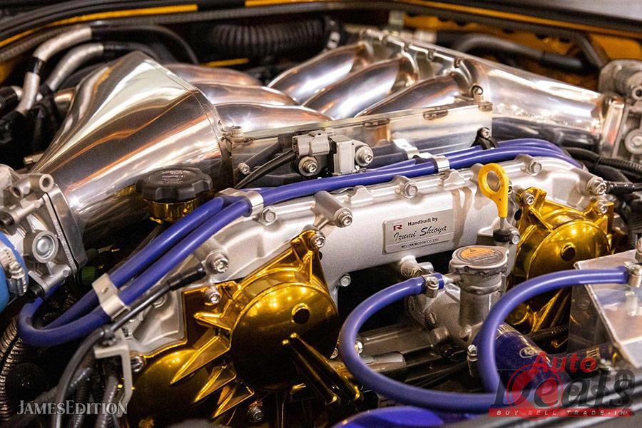 外観に比べて内装は意外とシンプル。でも、エンジンルームには金ピカがアクセントになっている。(Copyright c JamesEdition.com)