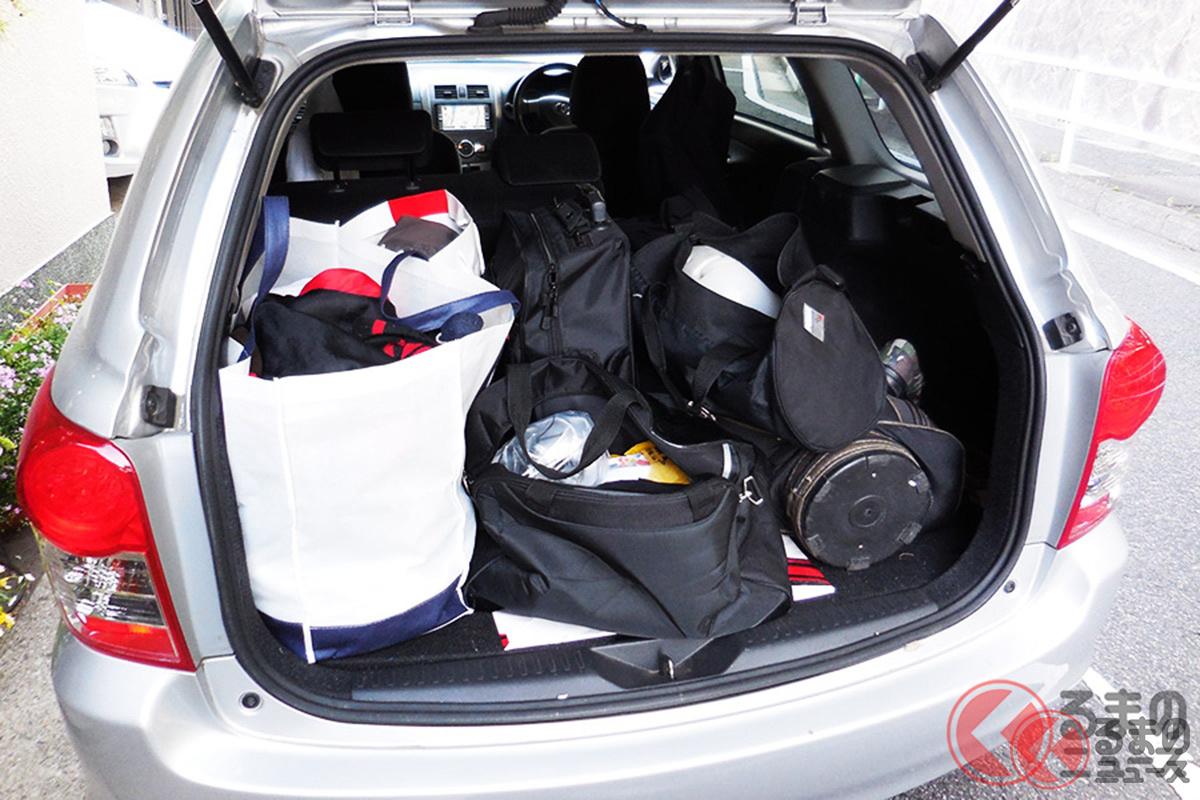 ステーションワゴンに荷物を大量に積載している様子