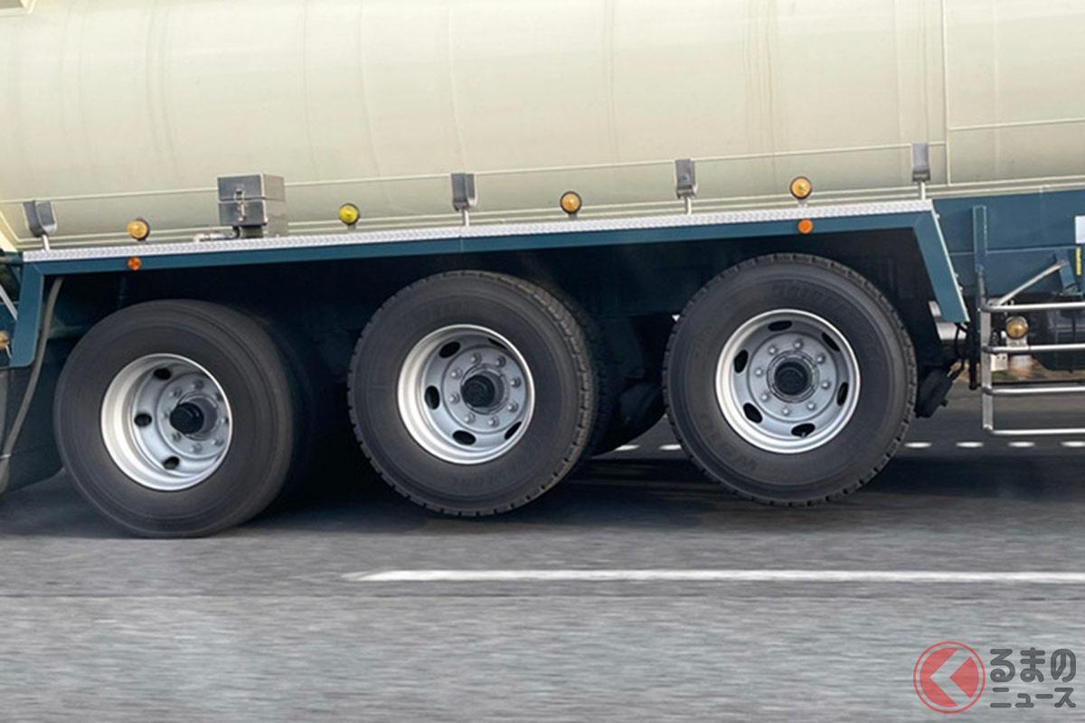 リフトアクスル機能によってタイヤを1軸上げることで、さまざまなメリットが生まれる