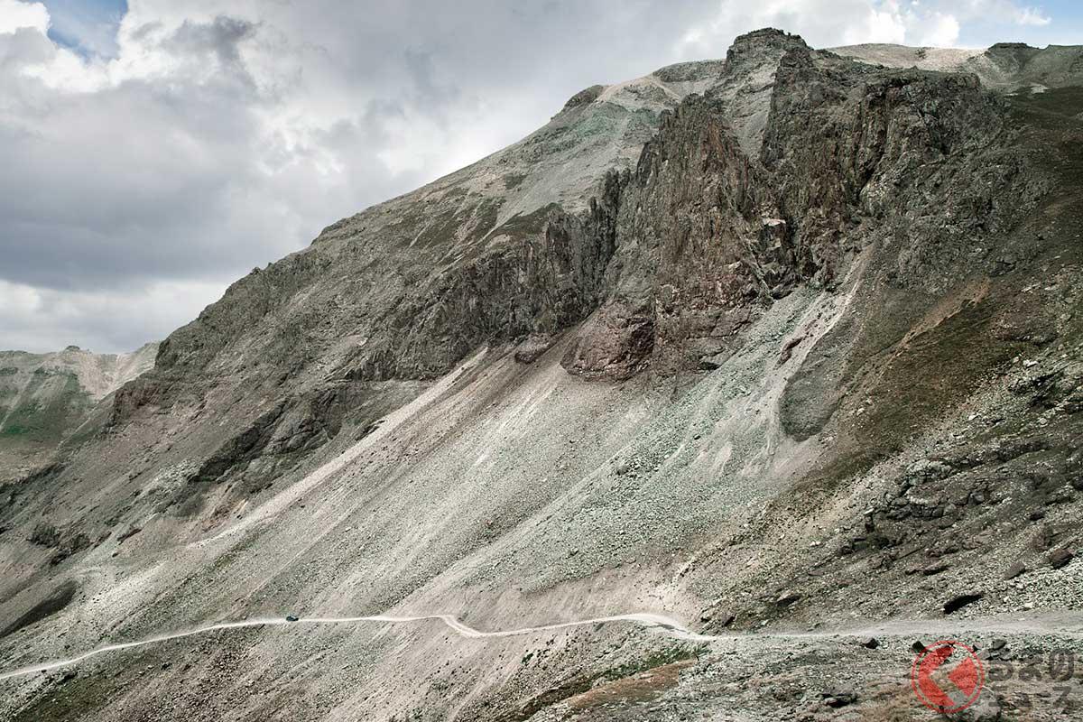 荒れた岩山を走るスバルの新モデルが見えますか?