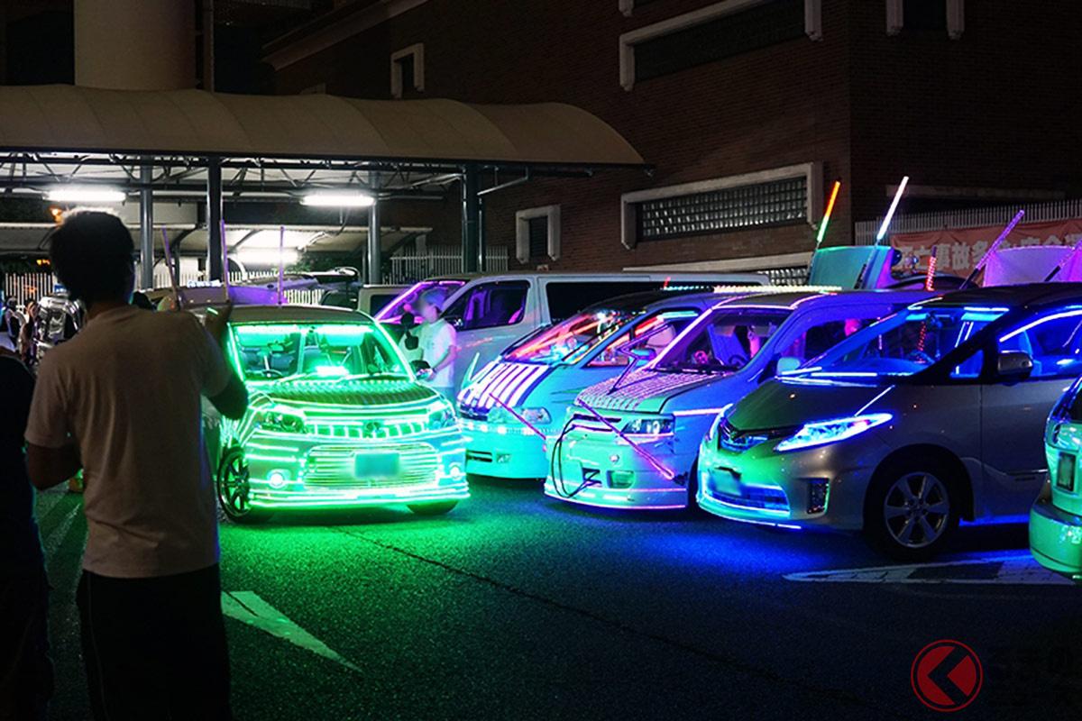 ネオンでカスタムをした違法改造車などがたくさん集まった大黒PA(過去の取材時。撮影:加藤久美子)