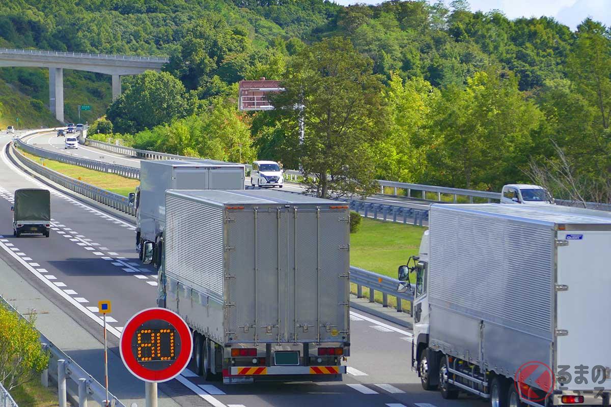 高速道路を走行するトラック