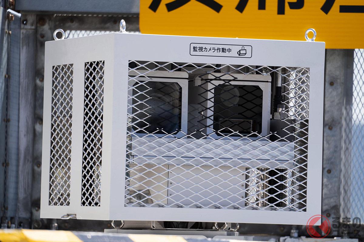 阪神高速で目撃される半固定式移動オービスと見られる設置物(撮影:加藤久美子)