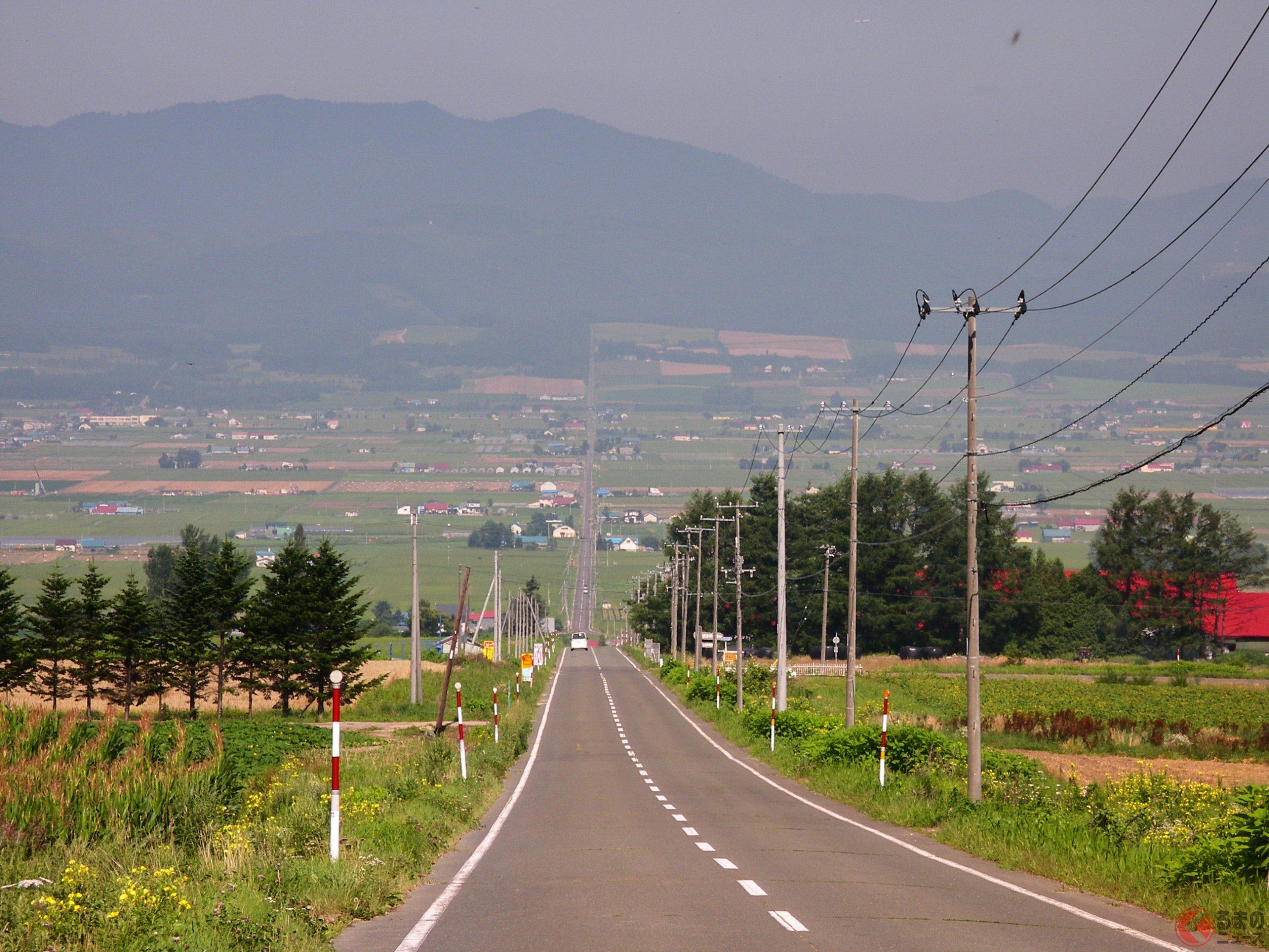 ガードレールが無く、長く伸びた道が多い印象の北海道