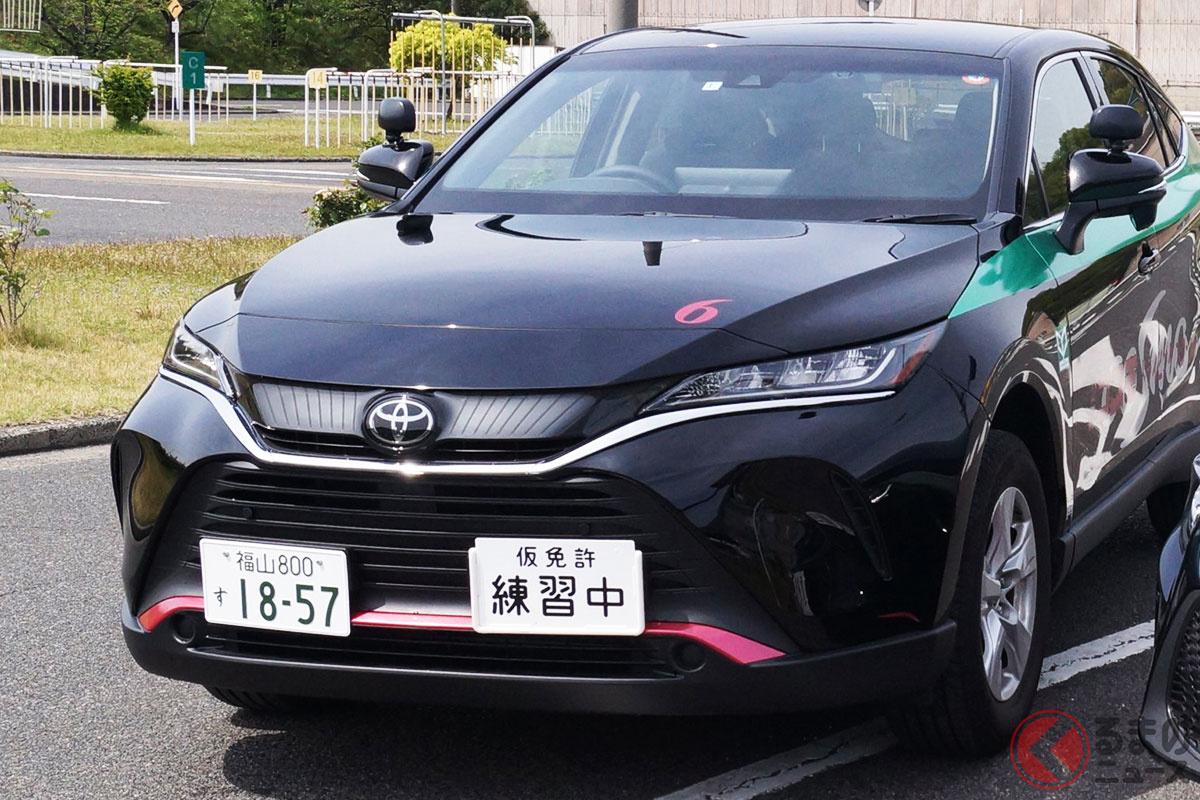 トヨタ「ハリアー」の高速教習車(画像:コスモドライビングスクール公式ツイッターより)