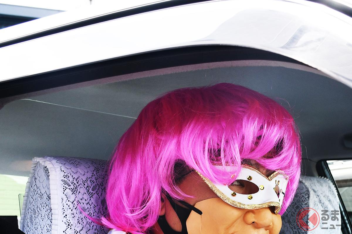 ピンク髪の怪しい「妖精からの要請タクシー」に乗車する妖精代理乗務員