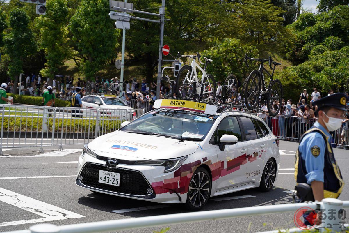 自転車競技中には、各国のチームサポートカー同士の衝突事故も発生していた(画像は別の場面を撮影。撮影者は加藤ヒロト)