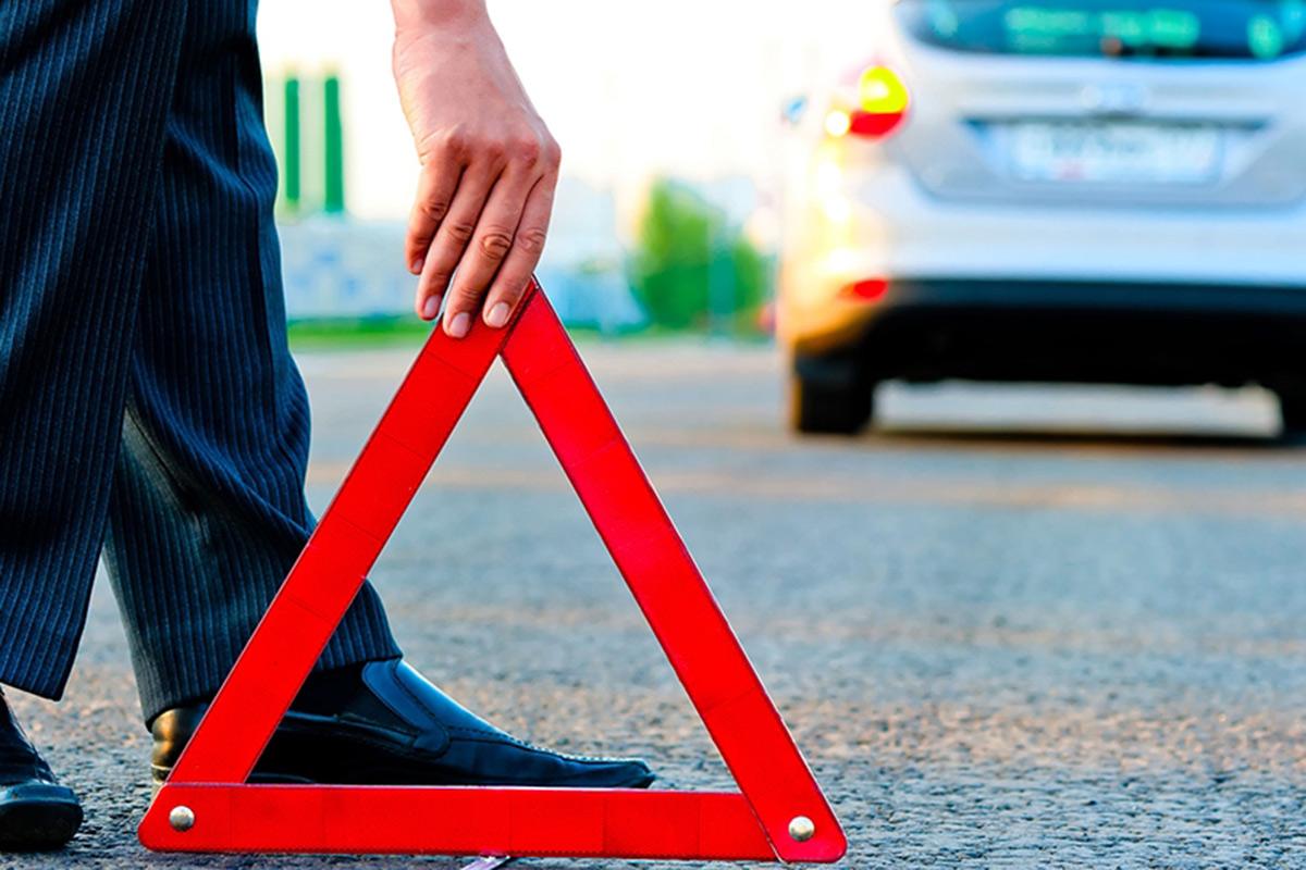 高速道路などで停まった場合は、三角表示板の使用すること