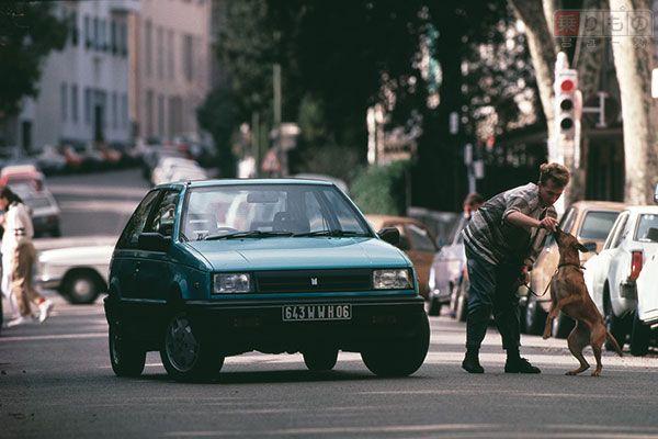 1985年の発売当初は「FFジェミニ」と名乗ったが、FR駆動の初代が販売を終了したのち、マイナーチェンジを機に「FF」がとれた(画像:いすゞ自動車)