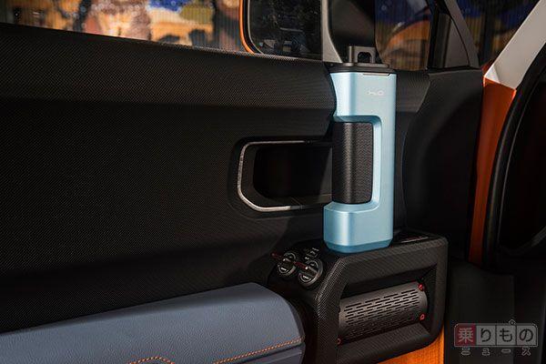取り外し可能なドアハンドルは飲料用ボトルとしても使用可。