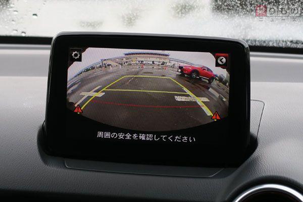 駐車場からバックで出る際などに、接近する車両を検知し警告してくれる「リア・クロス・トラフィック・アラート」の様子(2017年4月9日、乗りものニュース編集部撮影)。